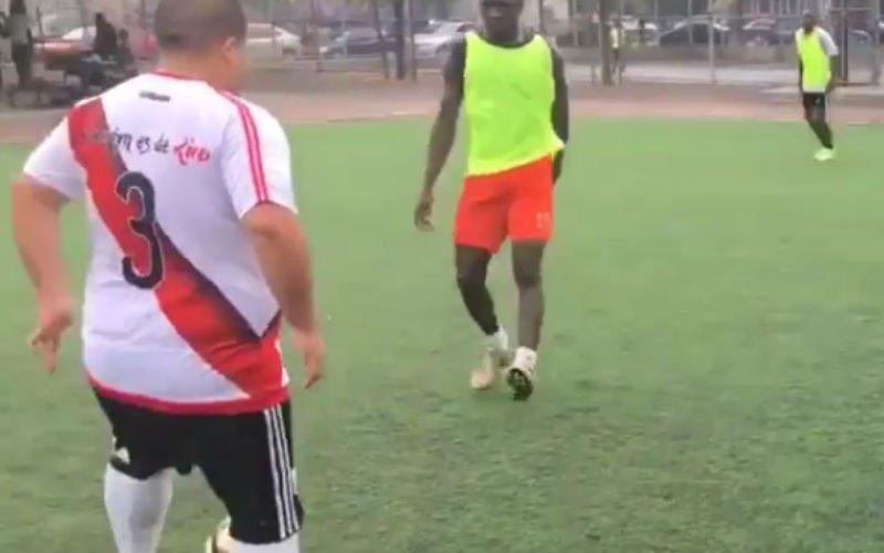 Deze dikke straatvoetballer maakt tegenstander compleet af met héérlijke beweging (video)