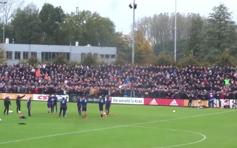 Deze Ajax-fans zorgen voor doldwaze taferelen tijdens de training (video)