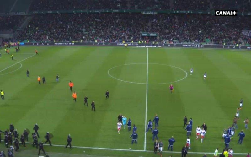 Supporters bestormen het veld tijdens Saint-Etienne - Lyon na provocatie Fekir (video)