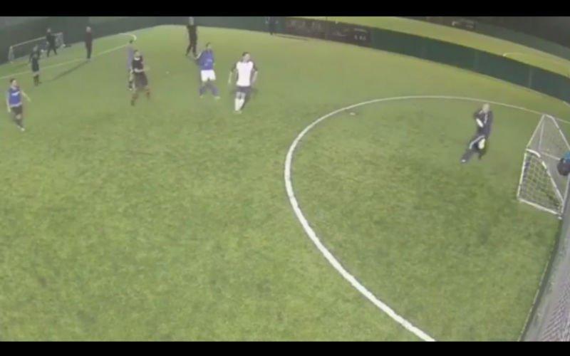 Deze doelman krijgt onwaarschijnlijk hilarisch doelpunt tegen (video)