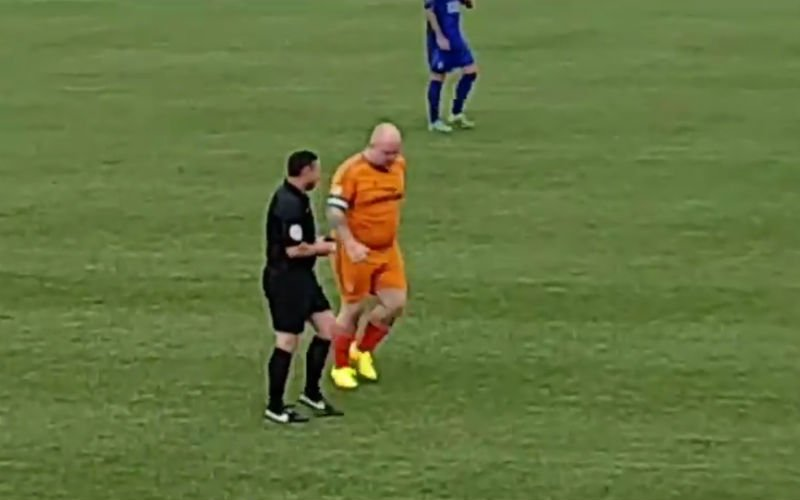 Dikke doelman probeert het eens op het veld en scoort dan deze geniale hattrick (video)