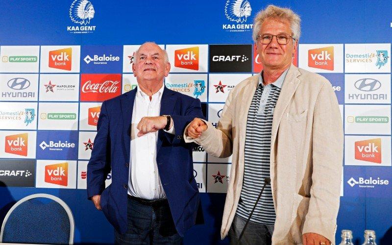 Club Brugge-fans lachen AA Gent keihard uit na ontslag Bölöni