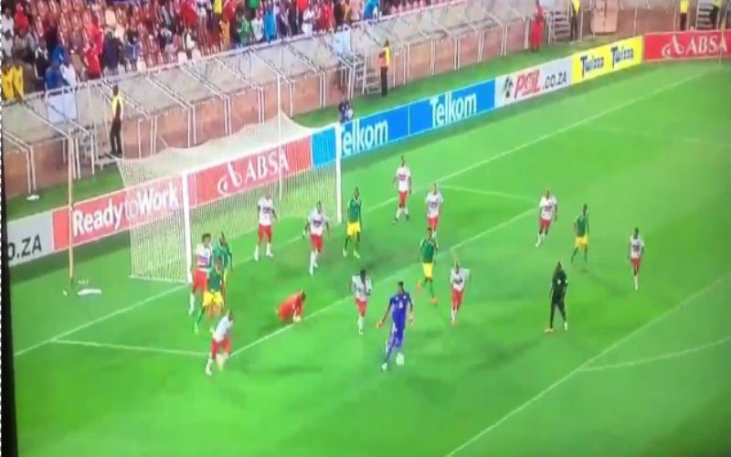 Keeper scoort onwaarschijnlijk doelpunt in de slotfase (Video)