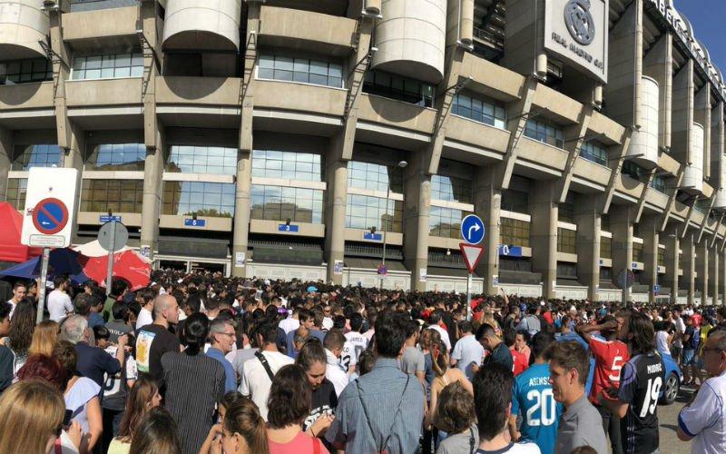 Zelfs fans van Barcelona komen naar Bernabéu om Hazard te zien (VIDEO)