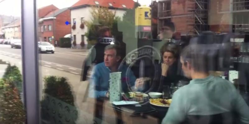 Onwaarschijnlijk: razende Engelse fans volgen Duchâtelet tot België om deze boodschap af te leveren (Video)