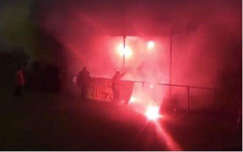 Fans van amateurclub Zwarte Leeuw steken tribune van Lyra-Lierse in brand (VIDEO)