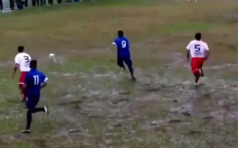 Onwaarschijnlijk knappe goal op slechtste veld ooit (Video)