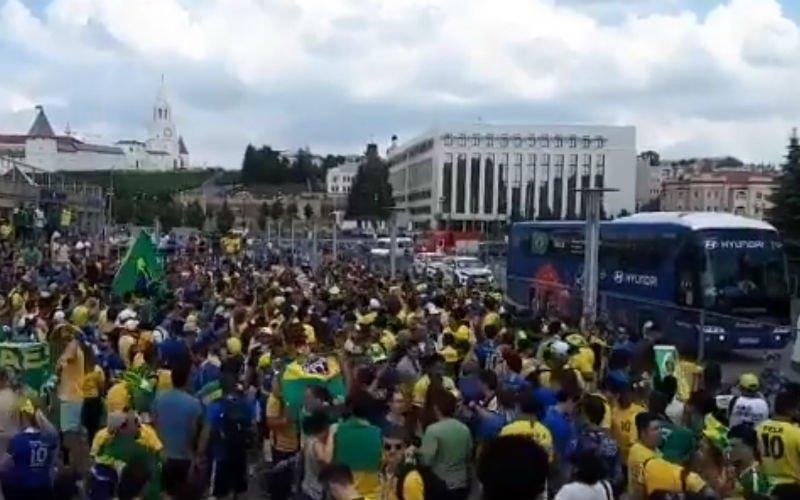 Braziliaanse spelers worden als helden onthaald in Kazan