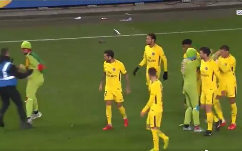 Deze wel erg bizarre viering na PSG-doelpunt gaat viraal (Video)