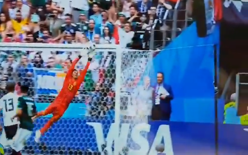 "Standard-doelman Ochoa wekt verbazing: ""Hoe doet hij dat?"" (Video)"