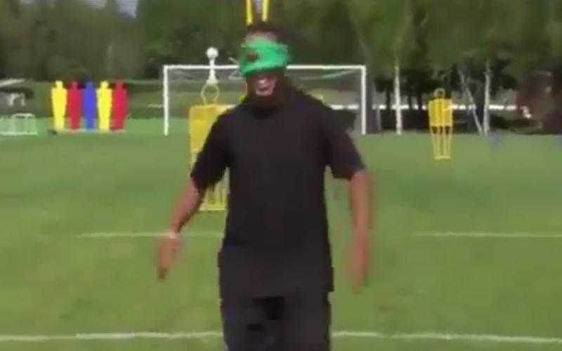 Geblinddoekte Benzema en Xavi falen in keepy-up challenge, maar dan komt Ronaldinho... (video)