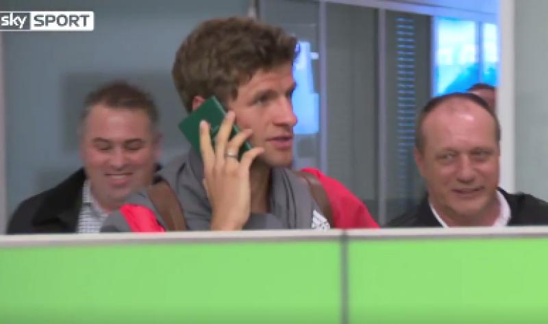 Op deze geniale manier mijdt Thomas Müller vragen van de pers (Video)