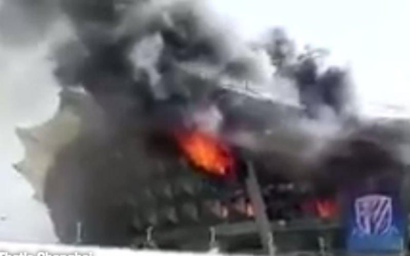 Groot voetbalstadion staat in brand