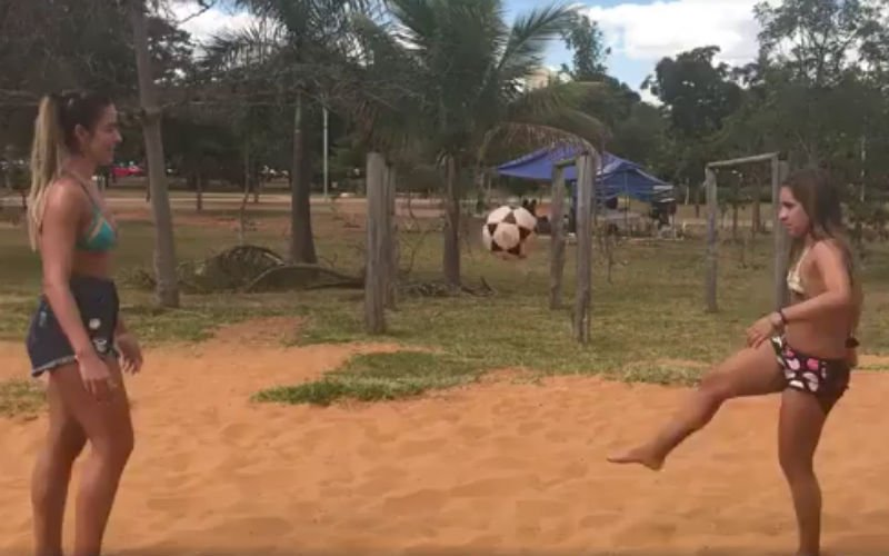 Ongelofelijk wat zij doen: De droomvrouw(en) van iedere voetbalfan!