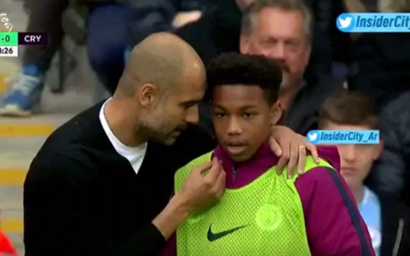 Ongezien: Guardiola geeft instructies aan ballenjongen (Video)