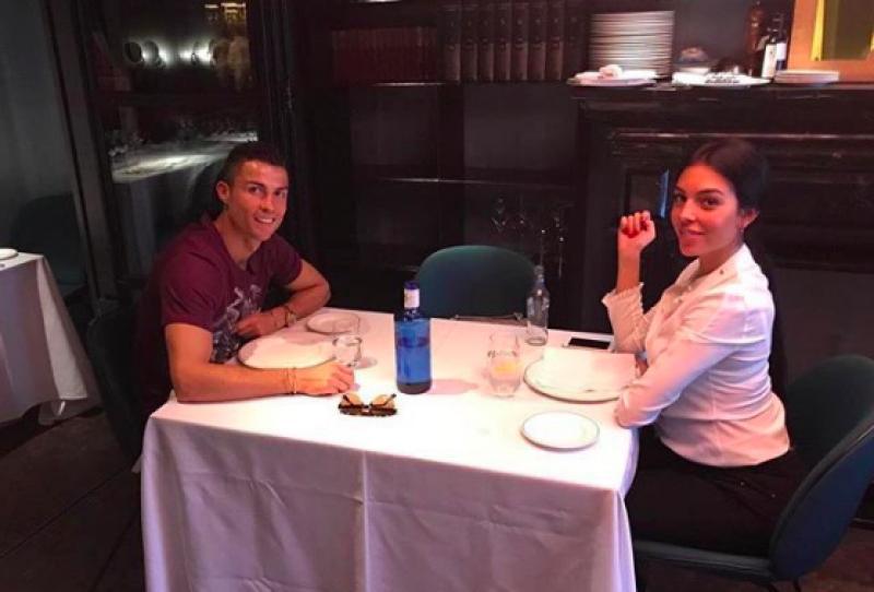 Ronaldo neemt Georgina mee op restaurant, maar zie jij wat er mis is?