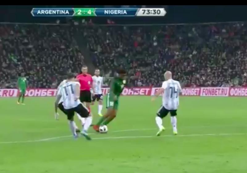Arsenal-speler maakt Mascherano belachelijk en... scoort nog ook (Video)