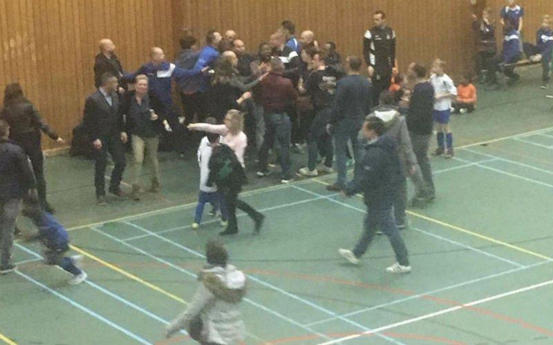 Hallucinant: Ouders op de vuist tijdens jeugdwedstrijd (Video)