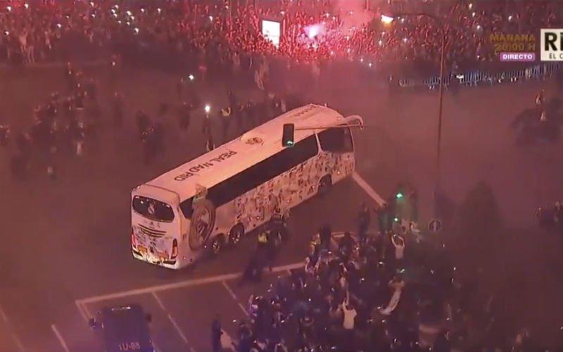 Zo wordt de spelersbus van Real Madrid opgewacht (Video)