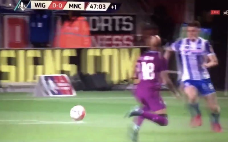 Man City in vieze papieren na rode kaart voor deze tackle van Delph (Video)