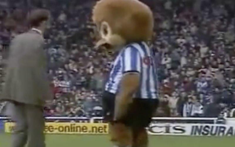 Ook deze mascotte laat zich van zijn vuilste kant zien (Video)