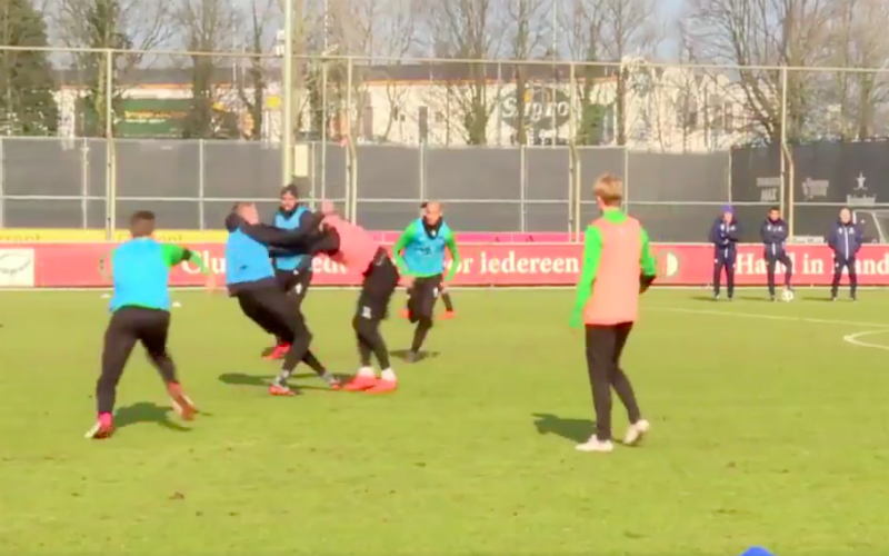 Feyenoord-spelers gaan met elkaar op de vuist (Video)