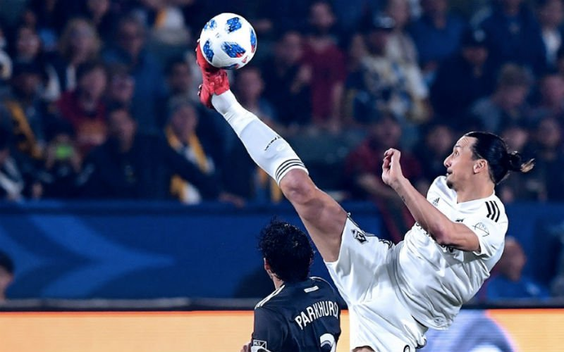 Onwaarschijnlijk: Ibrahimovic controleert bal boven zijn eigen hoofd (Video)
