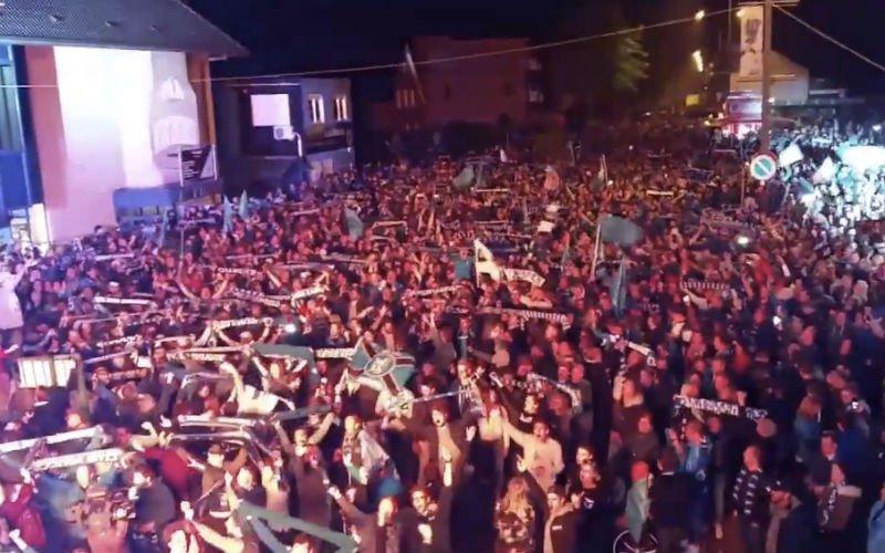 Massale opkomst aan het stadion: Club-fans zetten feestnacht in (Video)