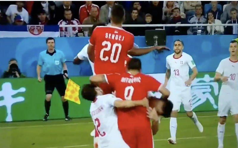 Mitrovic wordt door twee Zwitsers neergetrokken en dan doet VAR dit (Video)