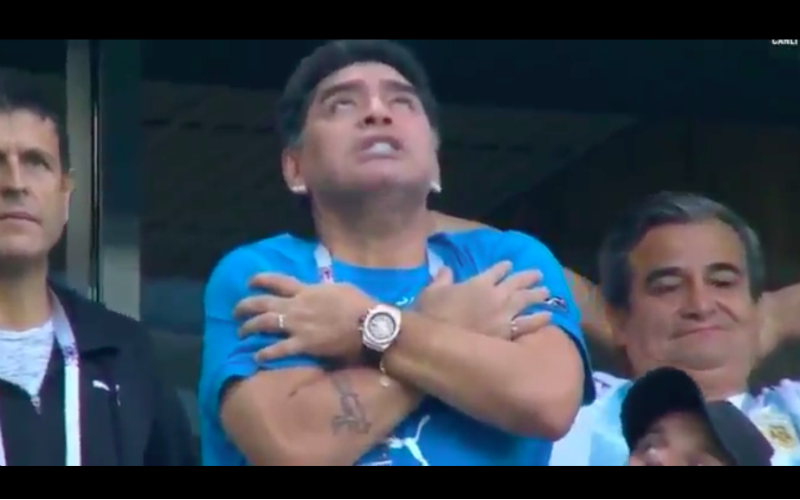 Maradona doet wel érg vreemde dingen na goal Messi (Video)