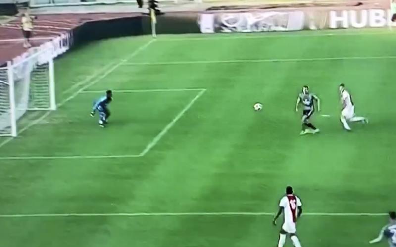 Santini imponeert met fenomenaal doelpunt tegen Ajax (Video)