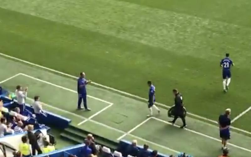 Kijk wat Chelsea-trainer doet als hattrick-held Hazard het veld verlaat