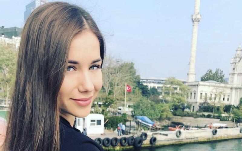 Erg knappe WAG van Ruslan Malinovskyi trekt haar kleren uit