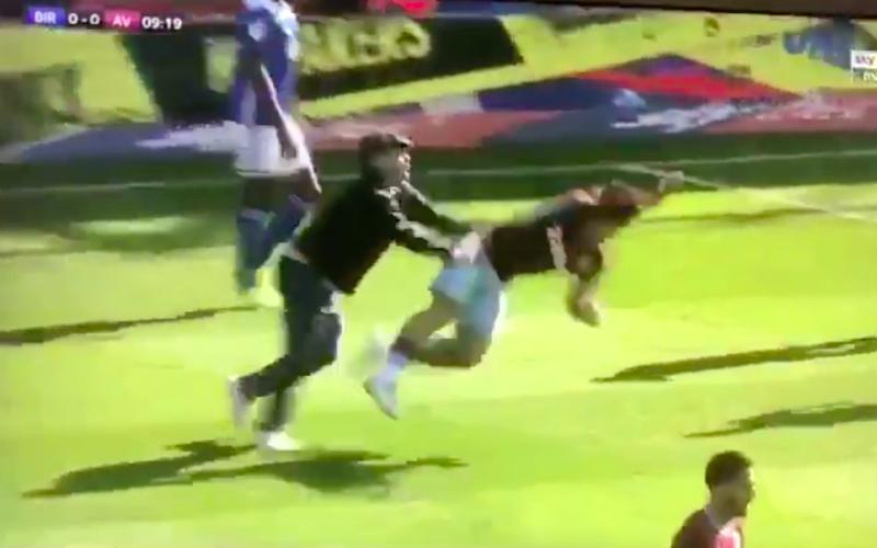 Fan rent het veld op en mept Aston Villa-kapitein neer (VIDEO)