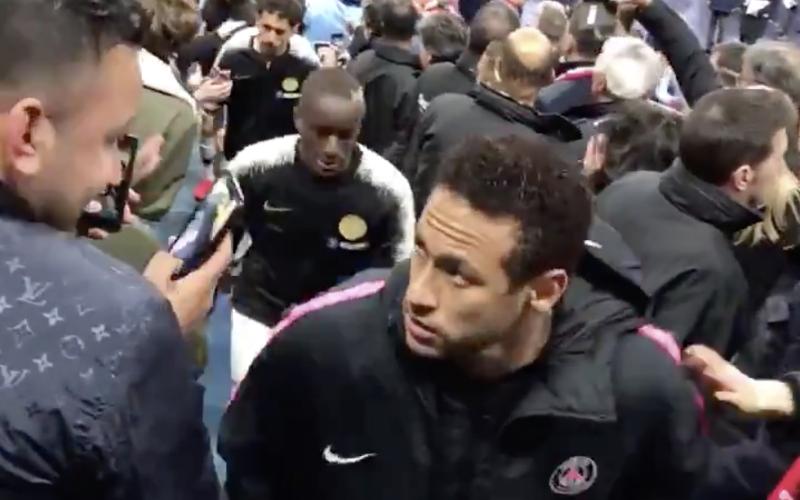 Neymar slaat fan in het gezicht na verloren bekerfinale (VIDEO)