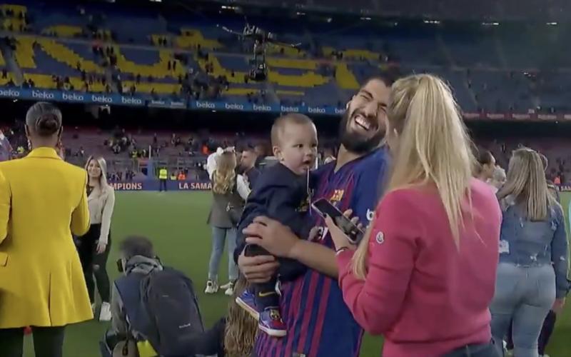 Zoontje van Suarez steelt de show tijdens titelviering Barcelona (VIDEO)