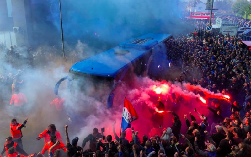 Fans van Club Brugge worden vlak voor topper tegen Genk hélemaal gek (VIDEO)