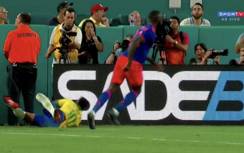 Neymar wordt keihard aangepakt en maakt akelige smak bij comeback (VIDEO)