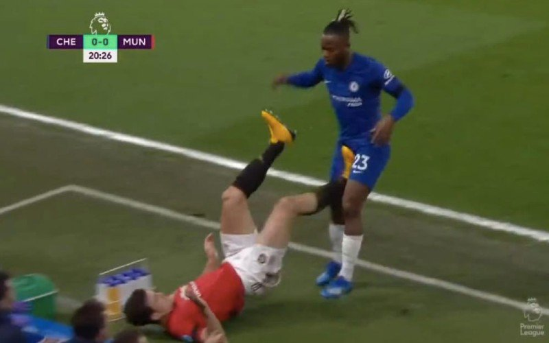 Michy Batshuayi incasseert gemene trap in kruis, VAR grijpt niét in (VIDEO)
