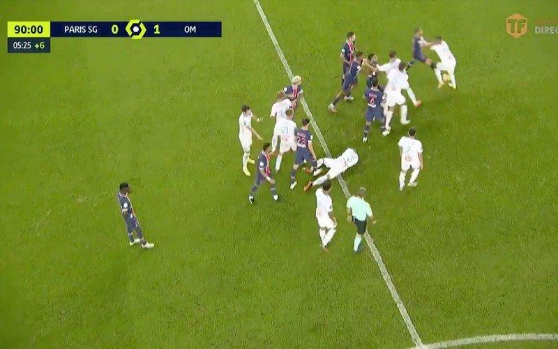 PSG-Marseille eindigt in ordinaire knokpartij, scheids geeft 5 (!) keer rood (VIDEO)
