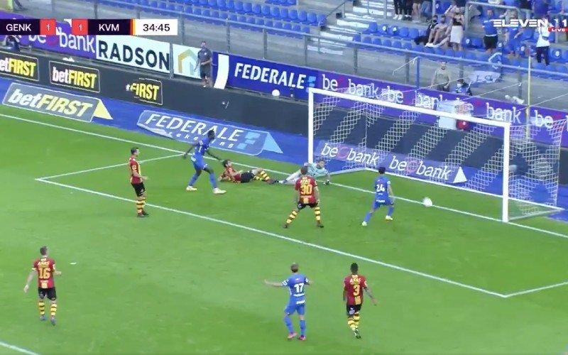 Ongelofelijk! Bal gaat niét binnen bij deze fase in Genk-Mechelen (VIDEO)