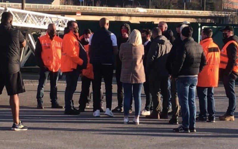 Spelersbus Anderlecht bekogeld, Kompany gaat confrontatie aan met fans