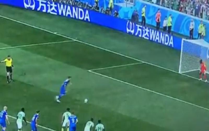 VAR kent penalty toe aan IJsland en dan doet Sigurdsson dit (Video)