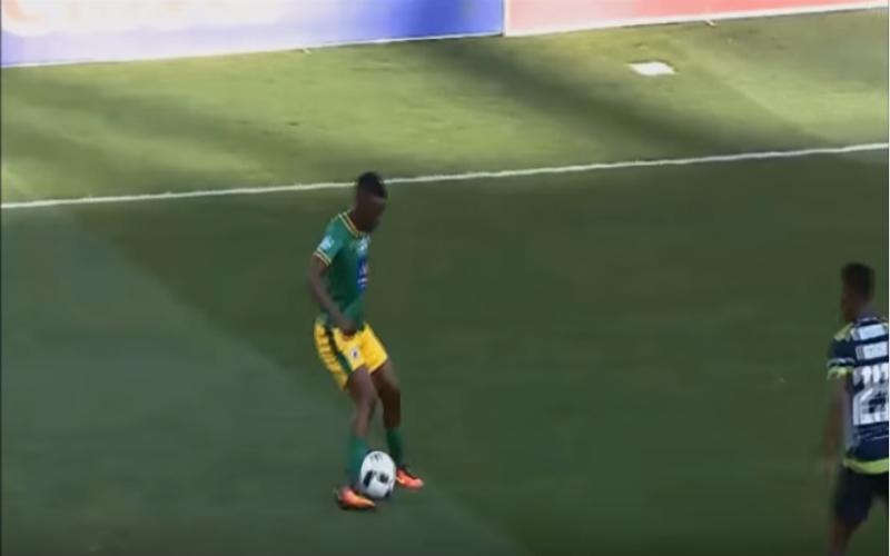 Speler in Afrika wordt teruggefloten voor technisch hoogstandje (Video)