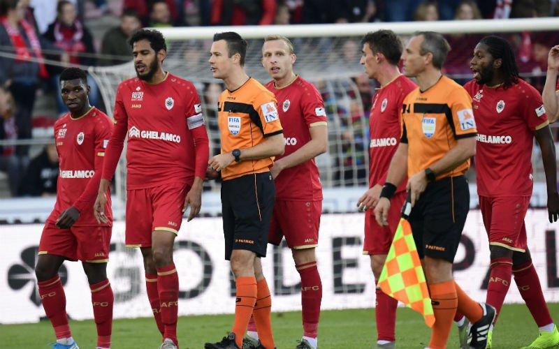 Antwerp-Club Brugge tijdelijk stilgelegd na wangedrag supporters