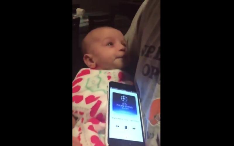 Voetbalfan wiegt baby op geniale wijze in slaap (video)
