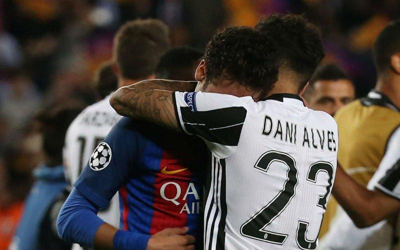 Dani Alves troost Neymar (die volledig breekt na uitschakeling van Barcelona):