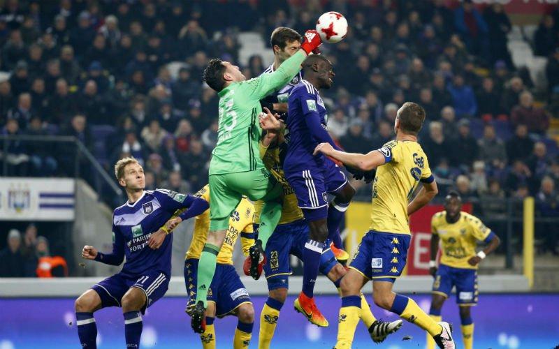 Onwaarschijnlijk: Speler van Anderlecht valt bijna flauw wanneer hij hoort dat punten gehalveerd worden