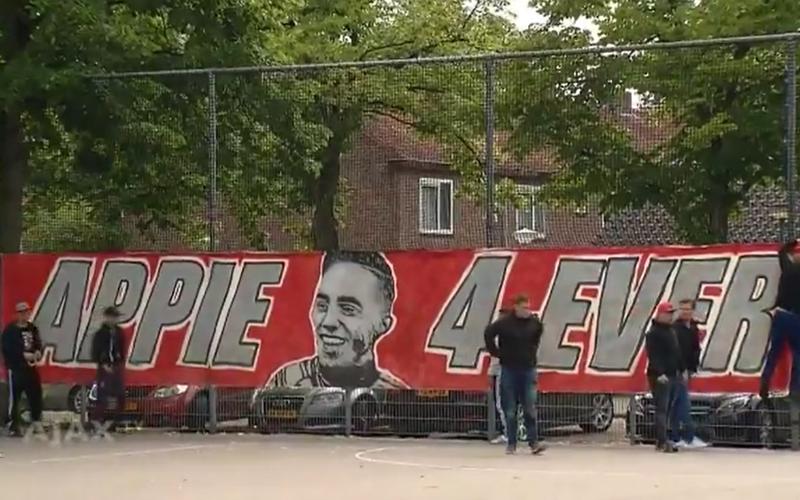 Kippenvel! Ajax-fans steken familie Nouri een hart onder de riem