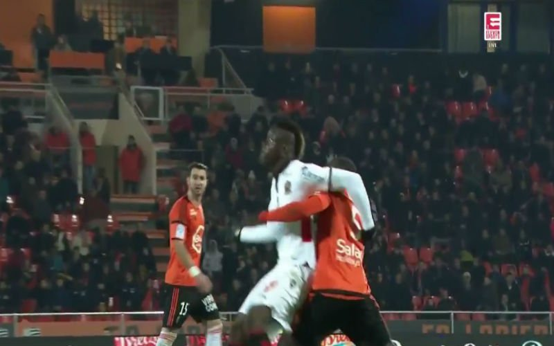 Mario Balotelli heeft alweer pech en pakt rood na deze onschuldige actie (Video)